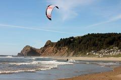 Drachen-Surfer in Lincoln City, Oregon Lizenzfreie Stockbilder