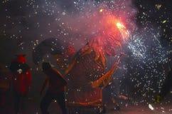 Drachen und Teufel bewaffnet mit Feuerwerkstanz Stockfoto