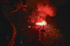 Drachen und Teufel bewaffnet mit Feuerwerkstanz Lizenzfreie Stockfotografie