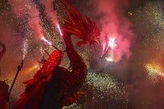 Drachen und Teufel bewaffnet mit Feuerwerkstanz Stockbild