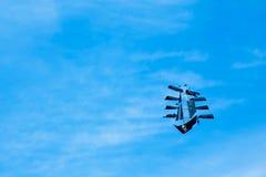 Drachen wie Schiff mit lustigem Roger-Fliegen auf dem blauen Himmel Stockbilder