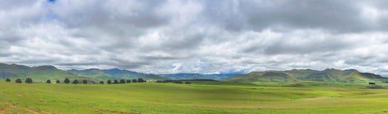 Drachenberge-Panorama und -wolken Stockfoto