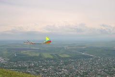 Drachenfliegen auf die Oberseite des Berges Stockfoto