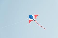 Drachenfliegen im Wind und im klaren Himmel Lizenzfreie Stockbilder