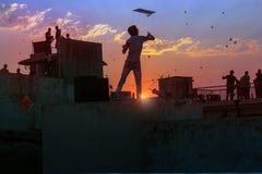 Drachenfliegentag Uttarayan in altem Amdavad lizenzfreie stockfotos