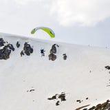 Drachenskifahrer, der weg vom Gebirgsrücken fliegt stockbild