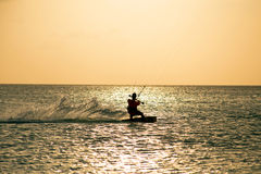 Drachensurfer auf Aruba-Insel in den Karibischen Meeren bei Sonnenuntergang Lizenzfreies Stockbild