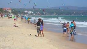 Drachensurfer auf dem Strand stock video footage