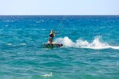 Drachensurfer auf dem Strand lizenzfreie stockfotos