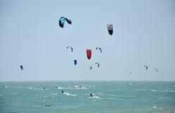 Drachensurfer, die auf dem Meer kitesurfing sind Stockfoto