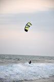 Drachensurfer, die auf dem Meer kitesurfing sind Lizenzfreie Stockfotografie