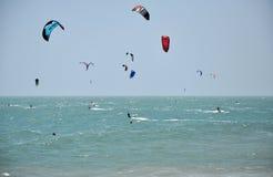 Drachensurfer, die auf dem Meer kitesurfing sind Lizenzfreie Stockbilder