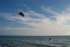 Drachensurfer fangen die Wellen auf der windigen Adria, Ulcinj, Montenegro lizenzfreies stockfoto