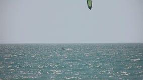 Drachensurfer im Ozean stock video