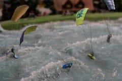 Drachensurfer, welche die Wellen in der Miniatur vorschreiben lizenzfreie stockbilder