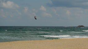 Drachensurfersegeln auf dem Meer stock video footage