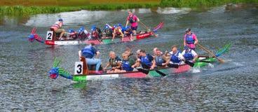 Dracheruderwettkampf auf dem Fluss Ouse St. Neots Cambridgeshire Lizenzfreies Stockfoto
