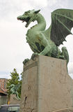 Dracheskulpturstatue auf Dragon Bridge auf Ljubljanica-Fluss Lj Stockfotografie