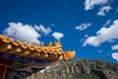 Drachestatue Dachgesimse der chinesischen Art Stockfotos