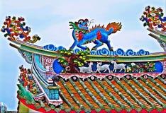 Drachestatue, die chinesisches Tempeldach in Thailand fliegt lizenzfreie stockfotos