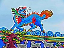 Drachestatue, die chinesisches Tempeldach in Thailand fliegt lizenzfreie stockbilder