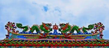 Drachestatue, die chinesisches Tempeldach in Thailand fliegt lizenzfreie stockfotografie