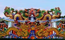 Drachestatue, die chinesisches Tempeldach in Thailand fliegt stockbilder