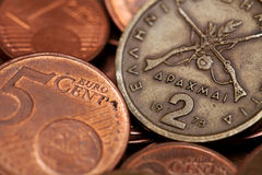 Dracmas gregos (dois) e euro- moedas (tiro macro) fotografia de stock royalty free