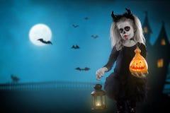 Dracula dziecko mała dziewczynka z Halloween makijażem wizerunek diabeł z rogami obrazy stock