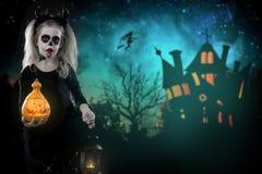 Dracula dziecko mała dziewczynka z Halloween makijażem wizerunek diabeł z rogami zdjęcia stock
