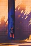 Dracula het verbergen in smalle steeg van het branden van zon stock illustratie
