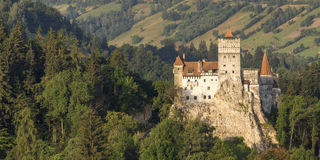 Dracula slott i kli på soluppgång Arkivbild