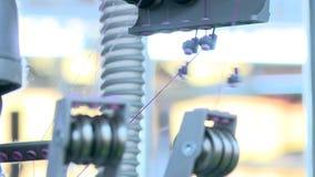 Draden in een textielfabriek stock videobeelden
