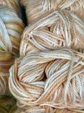 Draden en garen voor borduurwerk en het breien stock afbeeldingen