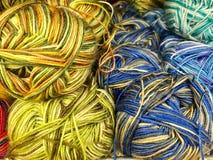 Draden en garen voor borduurwerk en het breien stock foto