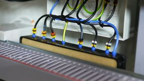 Draden met elektromateriaal in schakelbord worden verbonden dat stock video