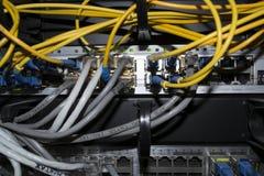 Draden met het netwerk worden verbonden dat Stock Foto