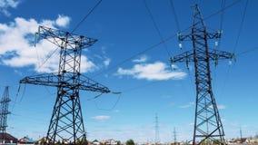 Draden met hoog voltage op elektrosteunen Elektrische voeding Vervoer van elektriciteit door draad De energieindustrie stock video