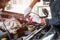 Draden om de auto` s batterij aan lader te stoppen royalty-vrije stock foto's