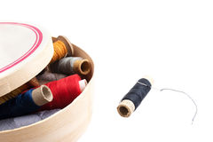 Draden van verschillende kleuren in een houten doos op een witte achtergrond Royalty-vrije Stock Foto's