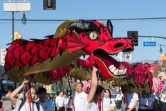 Dragão chinês durante Dragon Parede dourado. Fotos de Stock Royalty Free