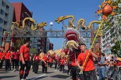Dragão chinês durante 117th Dragon Parade dourado Imagem de Stock