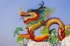 Dragão chinês e céu azul Fotos de Stock