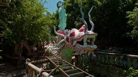 Dragão colorido fantástico com a estátua da deusa no parque tropical video estoque