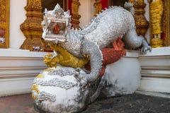 Dragão com a boca aberta perto do templo budista, Tailândia do norte Foto de Stock Royalty Free