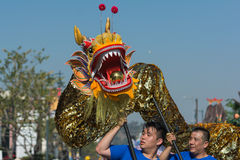 Dragão de Chienese durante 117th Dragon Parade dourado foto de stock