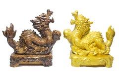 Dragão de madeira da escultura e dragão do ouro do sculptrue em um fundo branco foto de stock