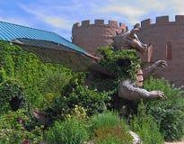 Dragão do jardim que senta-se fora do castelo imagem de stock