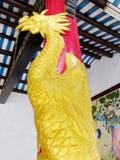 Dragão dourado asiático na coluna vermelha imagem de stock