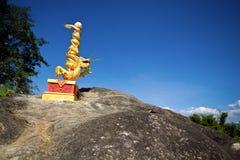Dragão dourado da porcelana com coluna vermelha Imagem de Stock